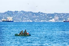 Rubber opblaasbare boot met mensen in camouflageuniformen in overzees stock foto