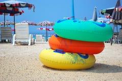 Rubber ringen op het strand. Stock Foto's