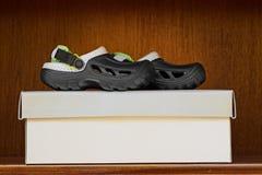 Rubber slip för rolig unge på sandals arkivbilder