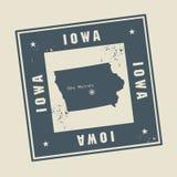 Rubber stämpel för Grunge med namn och översikten av Iowa, USA Arkivbilder