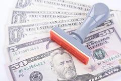 Rubber stamper med dollarräkningar, begreppsframgångfinans royaltyfri bild