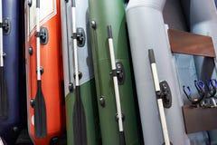 Rubber uppblåsbara fartyg för att fiska i sportgodslager Royaltyfria Bilder