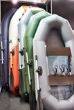Rubber uppblåsbara fartyg för att fiska i sportgodslager Royaltyfria Foton