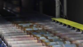 rubberbanden in stukken snijden in een bandenfabriek stock videobeelden