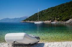 Rubberboot bij een ver strand stock afbeelding