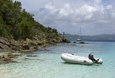 Rubberboot die door kust wordt verankerd Royalty-vrije Stock Foto's