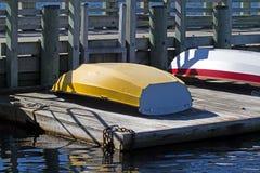 Rubberboot op een drijvend dok Stock Afbeeldingen