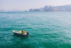 Rubberbootboot in Victoria Harbour naast Weg van Sterren, Hong Kong Royalty-vrije Stock Foto