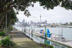 Rubberboten en boten bij Westhaven-Jachthaven met de horizon van Auckland CBD Royalty-vrije Stock Foto