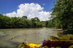 Rubberboten klaar voor het rafting op Kiulu-rivier Stock Afbeelding