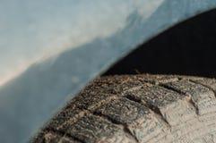 Rubberdieauto met niet effici?nte band wordt belemmerd stock fotografie