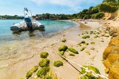 Rubberdieboot in een kleine inham in Sardinige wordt vastgelegd stock foto