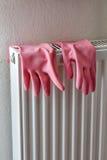 Rubberhandschoenen op een radiator Stock Afbeelding