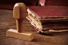 Rubberzegel en oud boek Royalty-vrije Stock Foto