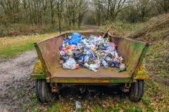 Rubbish собрание в, который катят тележке в лесе Стоковое фото RF