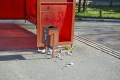 Rubbish dumpade från urnan av huligan på hållplatsen royaltyfri foto