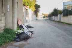 Rubbish dumpade på gatan arkivbild