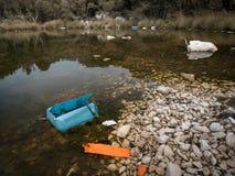 Rubbish em uma lagoa pequena próximo Plat na ilha Cres fotos de stock