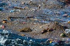 Rubbish il galleggiamento su una superficie dell'acqua, contaminazione dei corpi dell'acqua immagine stock libera da diritti