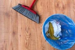 Rubbish le sac avec des articles de déchets et de nettoyage à la maison images libres de droits