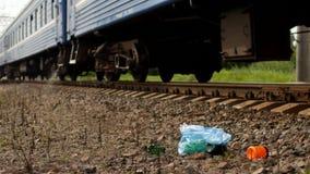 Rubbish na estrada de ferro jogada fora da janela, da poluição, da estrada de ferro e da maca do trem fotografia de stock royalty free