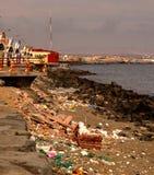 Rubbish tvättade sig upp på stranden på port av Chimbote i norr Peru royaltyfria foton
