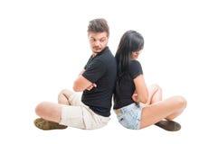 Rubbning eller ledsna par som tillbaka sitter för att dra tillbaka Royaltyfria Foton