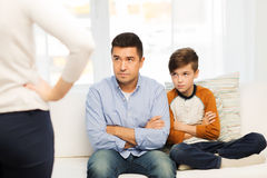Rubbning eller misshagen fader, son och moder hemma arkivfoton