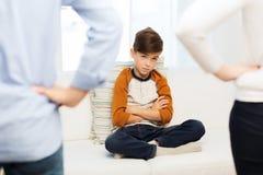Rubbning eller pojke och föräldrar för känsla skyldig hemma Royaltyfria Foton