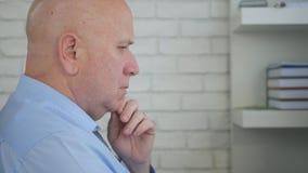 Rubbningaffärsman Thinking Pensive och besvärat inom kontorsrum royaltyfri foto