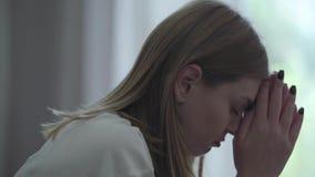 Rubbningkvinnan som bara sitter, minns grälar omkring med pojkvännen känner kränkta desperata grovt förolämpa rastlösa flickan so arkivfilmer