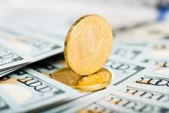 Rubel Münzen auf Banknoten von Dollar Stockfotografie