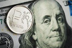 Rubel Münzen auf Banknoten von Dollar Lizenzfreie Stockfotografie