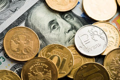 Rubel Münzen auf Banknoten von Dollar Stockfoto