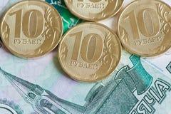 10 Rubel Münzen und 1000 Rubel Banknoten Stockfoto