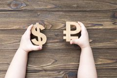 Rubel och dollar i händer arkivfoton
