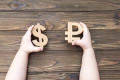 Rubel und Dollar in den Händen Stockfotos