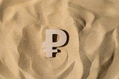 Rubel-Zeichen auf dem Sand stockbilder