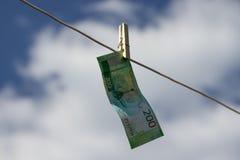 Rubelbanknote auf Wäscheklammer stockbild