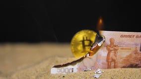 Rubelbanknotenbrände auf Sand zeigt Münzenhaufen stock footage