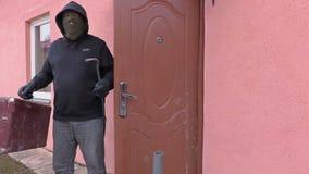 Räuber mit Brechstangenurlaub Haus und die aufstellen Hände stock footage