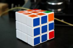 Rubik& colorido x27; brinquedo do cubo de s imagens de stock royalty free