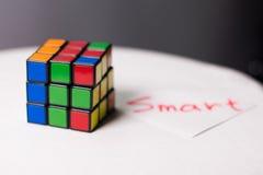 Rubik& x27 ; cube en s pour le fond sur une table blanche Photo libre de droits