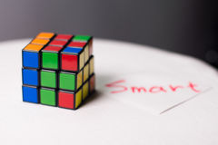 Rubik& x27; cubo de s para el fondo en una tabla blanca Foto de archivo libre de regalías