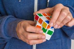 Rubik ` s立方体在女性手上-解决的问题比赛 库存图片