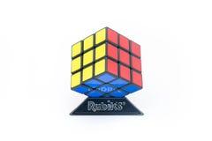 Rubik ` s立方体在白色背景被隔绝 免版税库存照片