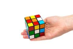 Rubik s sześcian w ręce Fotografia Royalty Free