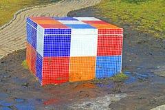 Rubik-` s Würfel auf dem Kind-` s Alice im Märchenlandspielplatz in der malerischen Gasse stockfotografie