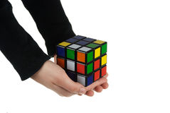 Rubik Würfel in der Hand lizenzfreies stockbild