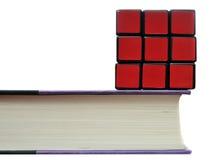 Rubiks Würfel auf Buch Lizenzfreie Stockbilder